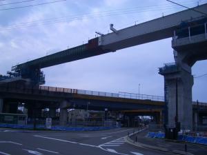 御経塚踏切南側よりみた国道8号と北陸新幹線高架二日市橋梁