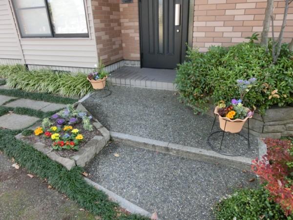 玄関先に飾られた寄せ植え