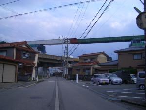 御経塚踏切北側(佐那武神社側)からみた国道8号と北陸新幹線高架 二日市橋梁