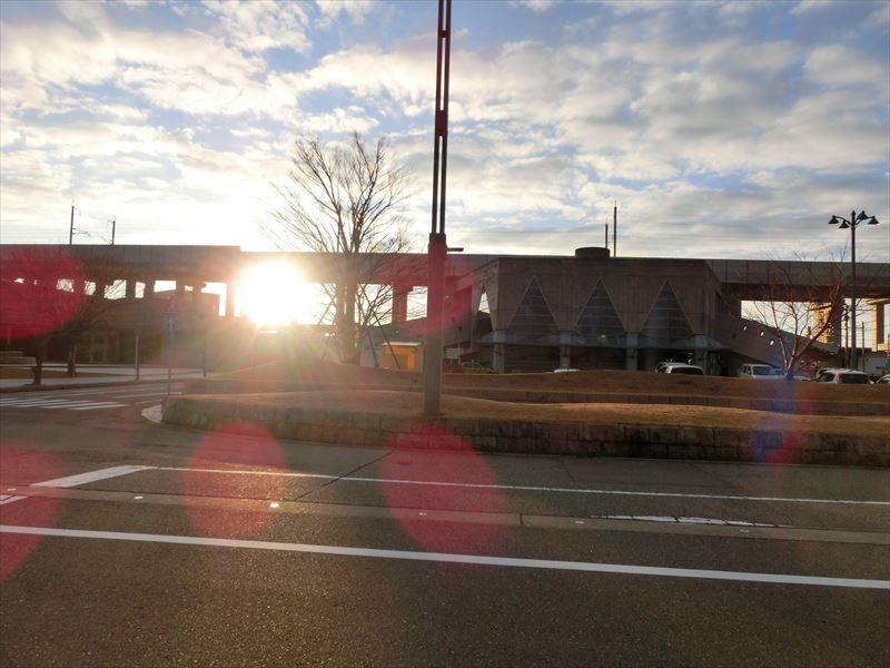 新幹線高架橋橋脚間に顔をのぞかせた朝陽